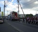 地区の秋祭りの山車が通りました。