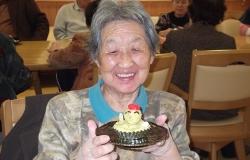 南瓜を潰したひよこ型の甘いおやつを作り、10月生まれのお友達をお祝いしました。