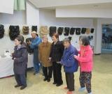 工芸品の木彫りの窯神様を、職人さんに説明されながら鑑賞しました。