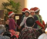 さらに、かわいいサンタさんも来てくれました!! かわいい歌とダンスに、プレゼント。 皆様、とても喜んでいらっしゃいました。