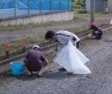 施設の職員が洞内小学校のクリーン作戦に参加しました。